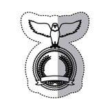 το μονοχρωματικό περίγραμμα αυτοκόλλητων ετικεττών με τον αετό με τα ανοικτά φτερά πέρα από το στρογγυλό πλαίσιο με την κορδέλλα  Στοκ φωτογραφίες με δικαίωμα ελεύθερης χρήσης