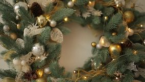 Το μοντέρνο άσπρο εσωτερικό Χριστουγέννων διακόσμησε με τα χρυσά παιχνίδια, σύνολο στεφανιών των λαμπτήρων, των προσκρούσεων και  απόθεμα βίντεο