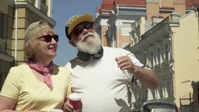 Το μοντέρνο ανώτερο ζεύγος που περπατά στην πόλη και απολαμβάνει το ένα το άλλο απόθεμα βίντεο