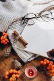 Το μοντέρνο επίπεδο βάζει την άποψη των φύλλων φθινοπώρου και του κατασκευασμένου μαντίλι στο ξύλινο υπόβαθρο με το φλυτζάνι Έννο στοκ φωτογραφία