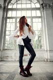 Το μοντέρνο κορίτσι Dreadlocks έντυσε στο άσπρο πουκάμισο και το μαύρο παντελόνι δέρματος που θέτουν στην πηγή του παλαιού μεγάλο στοκ εικόνες με δικαίωμα ελεύθερης χρήσης