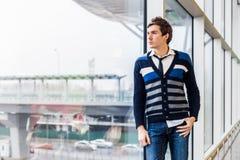 Το μοντέρνο freelancer στέκεται κοντά στο παράθυρο Στοκ Εικόνα