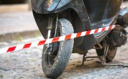 Το μοτοποδήλατο είναι πίσω από τη ριγωτή κορδέλλα στοκ φωτογραφία με δικαίωμα ελεύθερης χρήσης