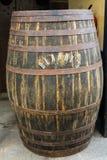 Το μουσείο - αποθήκευση του ακριβού εκλεκτής ποιότητας κρασιού Madera Τα τεράστια βαρέλια χαρακτηρίζονται από τα στοιχεία του κρα Στοκ Φωτογραφία