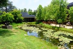 Το μουσείο Norton Simon εξωτερικό με τη λίμνη και το πάρκο Στοκ φωτογραφία με δικαίωμα ελεύθερης χρήσης