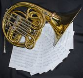 Το μουσικό γαλλικό κέρατο οργάνων βρίσκεται σε ένα άσπρο υπόβαθρο με το notesMusical όργανο που το γαλλικό κέρατο βρίσκεται σε έν στοκ εικόνες με δικαίωμα ελεύθερης χρήσης