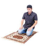 Το μουσουλμανικό άτομο προσεύχεται στον παραδοσιακό τρόπο Στοκ φωτογραφία με δικαίωμα ελεύθερης χρήσης