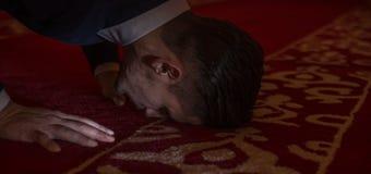 Το μουσουλμανικό άτομο προσεύχεται στο μουσουλμανικό τέμενος Στοκ Φωτογραφία