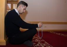 Το μουσουλμανικό άτομο προσεύχεται στο μουσουλμανικό τέμενος Στοκ εικόνα με δικαίωμα ελεύθερης χρήσης