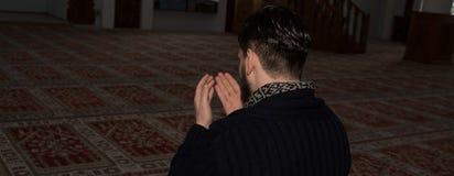 Το μουσουλμανικό άτομο προσεύχεται Στοκ φωτογραφία με δικαίωμα ελεύθερης χρήσης