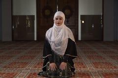 Το μουσουλμανικό κορίτσι προσεύχεται στο μουσουλμανικό τέμενος Στοκ Φωτογραφίες