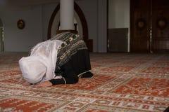 Το μουσουλμανικό κορίτσι προσεύχεται στο μουσουλμανικό τέμενος Στοκ Εικόνες