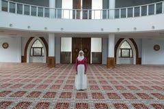 Το μουσουλμανικό κορίτσι προσεύχεται στο μουσουλμανικό τέμενος Στοκ εικόνα με δικαίωμα ελεύθερης χρήσης