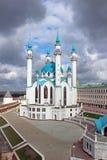 Το μουσουλμανικό τέμενος Kul Σαρίφ Kazan σε έναν νεφελώδη ουρανό υποβάθρου Στοκ Εικόνες