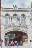 Το Μπέρλινγκτον Arcade στο κέντρο της πόλης του Λονδίνου με τους πεζούς και Στοκ εικόνα με δικαίωμα ελεύθερης χρήσης