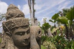 Το Μπαλί ή το σιαμέζο άγαλμα τύπων φέρνει ένα βάζο Στοκ φωτογραφία με δικαίωμα ελεύθερης χρήσης