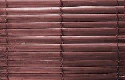 Το μπαμπού κολλά το καφετί ξύλινο υπόβαθρο με την ένωση νημάτων Στοκ εικόνες με δικαίωμα ελεύθερης χρήσης