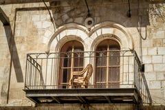 Το μπαλκόνι και τα σχηματισμένα αψίδα παράθυρα στην Ιερουσαλήμ Στοκ Εικόνα