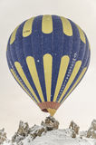 Το μπαλόνι ζεστού αέρα παίρνει έτοιμο για την πτήση σε Cappadocia, Turke Στοκ Εικόνα