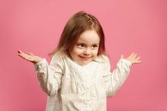 Το μπερδεμένο παιδί απαξιεί τους ώμους της και αυξάνει τα χέρια, εκφράζει την άγνοια ή η δυσκολία, δεν ξέρει την απάντηση στοκ εικόνες