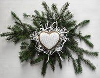 Το μπισκότο μελοψωμάτων υπό μορφή καρδιάς με την άσπρη τήξη βρίσκεται επάνω Στοκ Εικόνα
