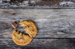 Το μπισκότο τσιπ Choc έκανε για να μοιάσει με έναν δημοφιλή χαρακτήρα arcade, που τρώει ένα χοντρό κομμάτι σοκολάτας Στοκ φωτογραφία με δικαίωμα ελεύθερης χρήσης