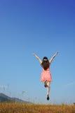 το μπλε άλμα χαλαρώνει τη γυναίκα ουρανού Στοκ εικόνα με δικαίωμα ελεύθερης χρήσης