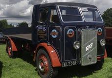 Το μπλε εκλεκτής ποιότητας φορτηγό ERF σε ένα χωριό παρουσιάζει Στοκ Φωτογραφία