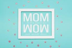 Το μπλε επίπεδο χρώματος καραμελών κρητιδογραφιών βάζει την ελάχιστη έννοια Ευτυχής ανασκόπηση ημέρας μητέρων ` s ελεύθερη απεικόνιση δικαιώματος