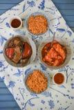 Το μπλε και άσπρο επιτραπέζιο επίπεδο βάζει με τα πιάτα ρυζιού και κοτόπουλου και παπιών έτοιμα να φάνε Στοκ Φωτογραφίες