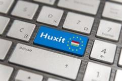 Το μπλε κλειδί μπαίνει στην Ουγγαρία Huxit με το κουμπί πληκτρολογίων της ΕΕ στο σύγχρονο πίνακα Στοκ Φωτογραφία