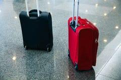 Το μπλε κόκκινο blak τσαντών αερολιμένων αποσκευών ταξιδιωτικών αποσκευών περιμένει στοκ εικόνες με δικαίωμα ελεύθερης χρήσης