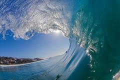 Το μπλε κύμα μέσα στην κοίλη μπούκλα γυαλιού κολυμπά Στοκ Εικόνες