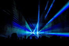 Το μπλε λέιζερ παρουσιάζει στάδιο λεσχών νυχτερινής ζωής με το πλήθος ανθρώπων κομμάτων Στοκ Φωτογραφίες