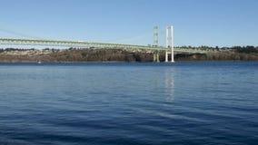 Το μπλε νερό που ρέει κάτω από το Τακόμα στενεύει τη γέφυρα απόθεμα βίντεο