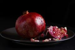 Το μπλε ο γρανάτης φρούτων βρίσκεται σε ένα πιάτο σε ένα σκοτεινό backgroundke στα βουνά Στοκ εικόνα με δικαίωμα ελεύθερης χρήσης