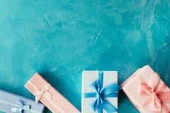 Το μπλε ροζ κιβωτίων δώρων επιλέγει το παρόν κορίτσι αγοριών Στοκ Εικόνες
