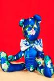Το μπλε χειροποίητο tilda Teddy της Προβηγκίας μεταξιού αντέχει το παιχνίδι Στοκ εικόνα με δικαίωμα ελεύθερης χρήσης
