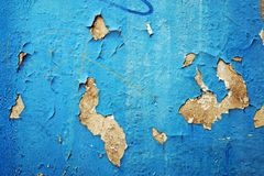 Το μπλε χρώμα και οι γρατσουνιές αποφλοίωσης στον τοίχο ενός σπιτιού, κλείνουν επάνω στοκ φωτογραφίες
