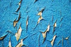 Το μπλε χρώμα και οι γρατσουνιές αποφλοίωσης στον τοίχο ενός σπιτιού, κλείνουν επάνω στοκ εικόνα