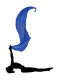 το μπλε ύφασμα που πετά βάζει θέτει τη γιόγκα γυναικών στοκ εικόνα