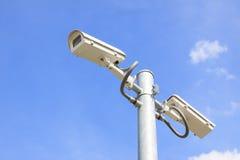 το μπλε CCTV φωτογραφικών μηχανών καλύπτει το λευκό ουρανού Στοκ εικόνα με δικαίωμα ελεύθερης χρήσης