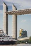 Το Μπορντώ, Gironde, ΓΑΛΛΙΑ, στις 27 Μαΐου, κρουαζιερόπλοιο πολυτέλειας που διασχίζει τη γέφυρα Chaban Delmas, αναφέρει du Vin, Μ στοκ εικόνες