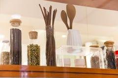 Το μπουκάλι γυαλιού για το τεθειμένο καρύκευμα είναι όμορφο και συστηματικό στοκ φωτογραφίες