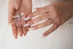 το μπουκάλι έστρεψε τις μπροστινές νεολαίες γυναικών όψης αρώματος εκμετάλλευσης χεριών Στοκ φωτογραφία με δικαίωμα ελεύθερης χρήσης