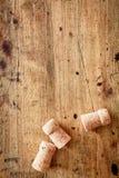 Το μπουκάλι βουλώνει σε ένα ξύλινο υπόβαθρο Στοκ φωτογραφία με δικαίωμα ελεύθερης χρήσης
