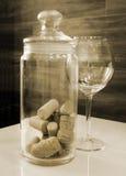 Το μπουκάλι βουλώνει στο βάζο γυαλιού Στοκ Εικόνες