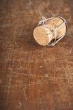 Το μπουκάλι βουλώνει στο ξύλινο υπόβαθρο Στοκ Φωτογραφία
