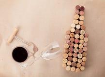Το μπουκάλι κρασιού διαμόρφωσε βουλώνει, ποτήρι του κρασιού και ανοιχτήρι Στοκ φωτογραφία με δικαίωμα ελεύθερης χρήσης