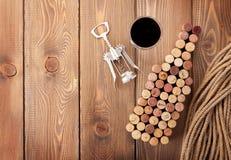 Το μπουκάλι κρασιού διαμόρφωσε βουλώνει, ποτήρι του κόκκινου κρασιού και ανοιχτήρι Στοκ Εικόνα